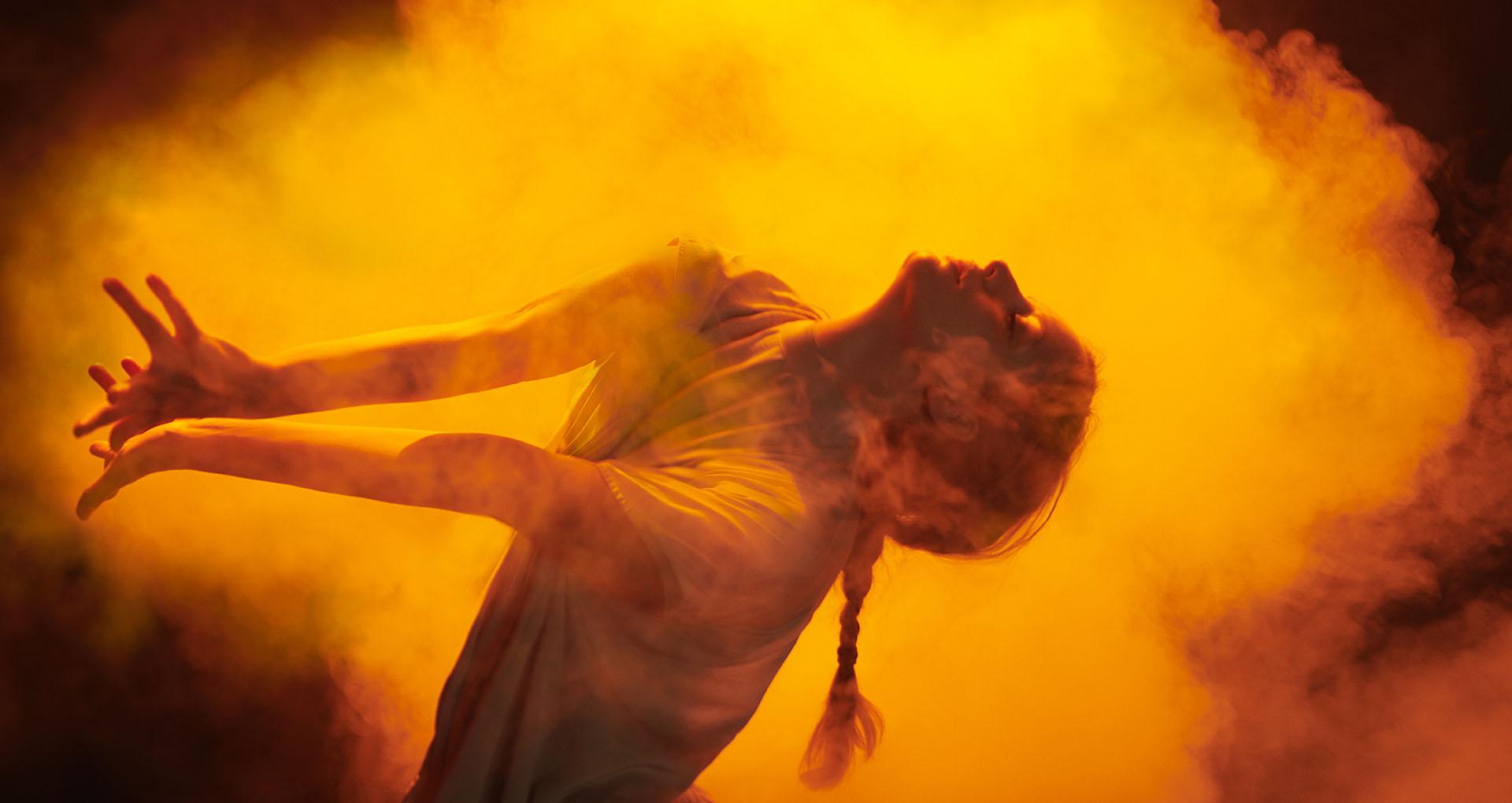 image couleur, une femme qui danse