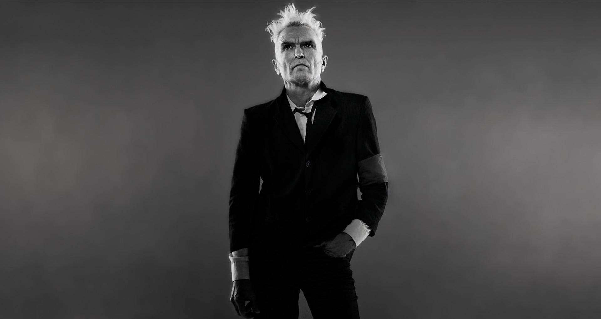 Image en noir et blanc. Portrait d'un homme en costume noir.
