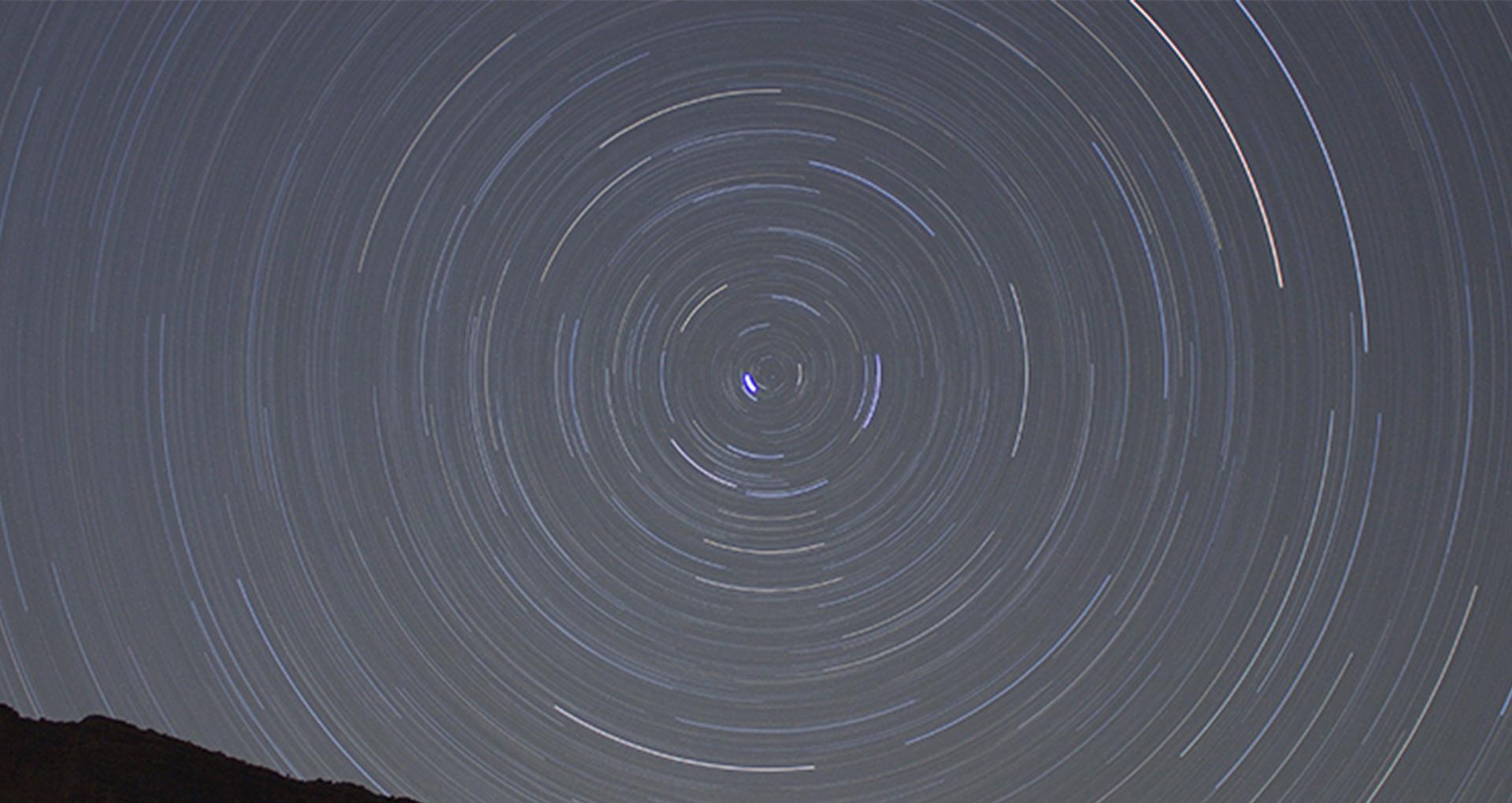 Photo couleur. La nuit. Des spirales se dessinent dans le ciel.
