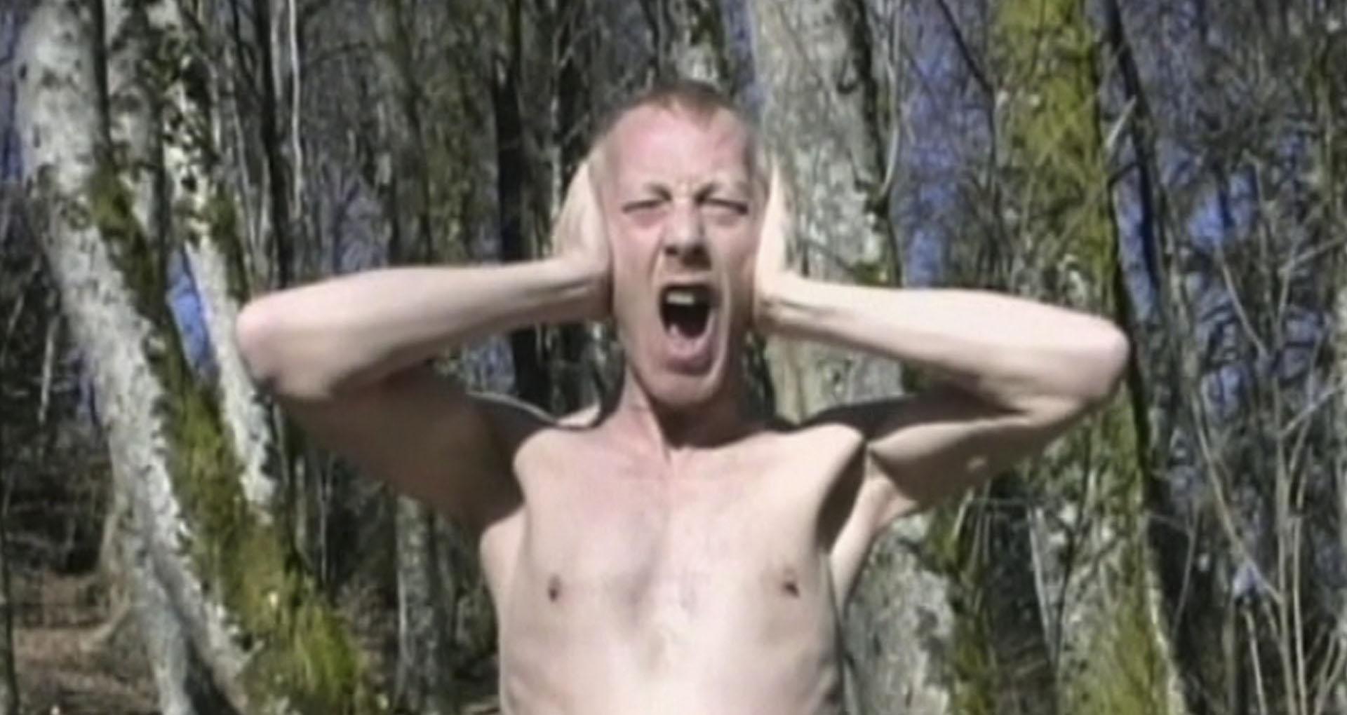 image couleur, un homme torse nu cri dans les bois