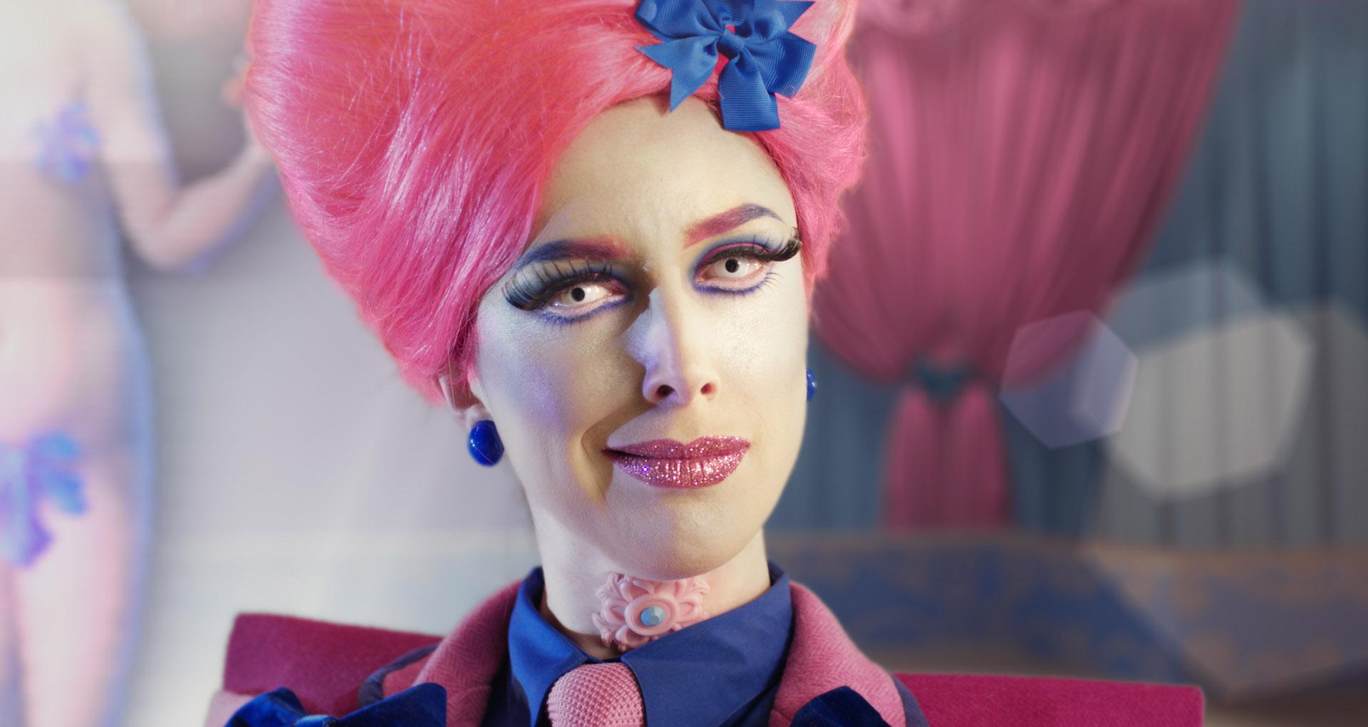 Image aux couleurs saturées, une femme avec une perruque rose en grosplan