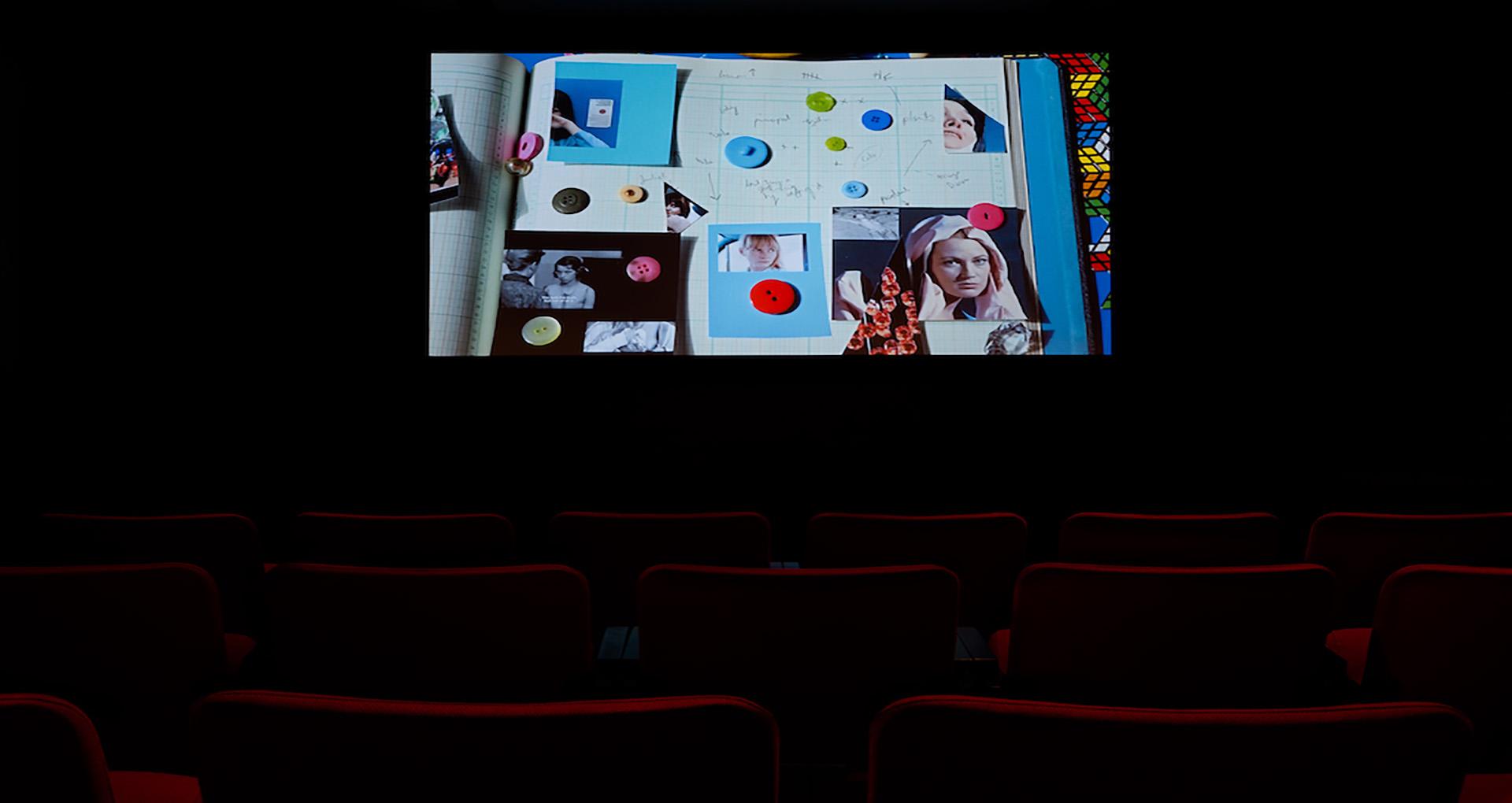 salle de projection dans le noir